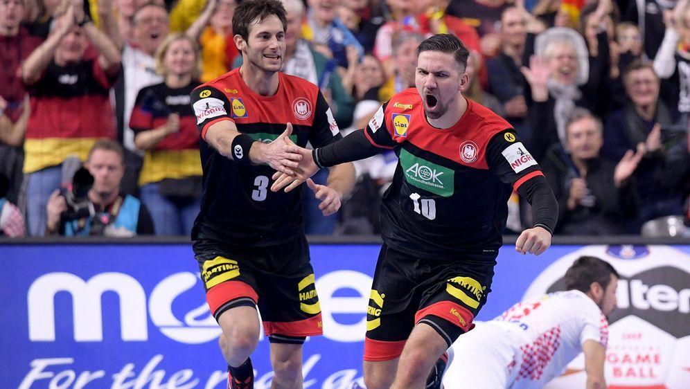 Uwe Gensheimer (l.) und Fabian Wiede wollen auch gegen Spanien jubeln - Bildquelle: 2019 Getty Images