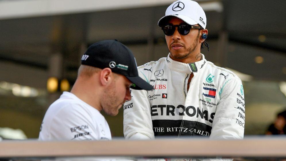 Hamilton (r.) und Bottas sollen bei Mercedes bleiben - Bildquelle: AFPSIDANDREJ ISAKOVIC