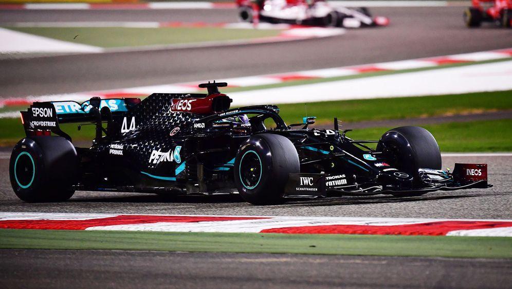Lewis Hamilton gibt auch in Bahrain mächtig Gas. - Bildquelle: 2020 Getty Images