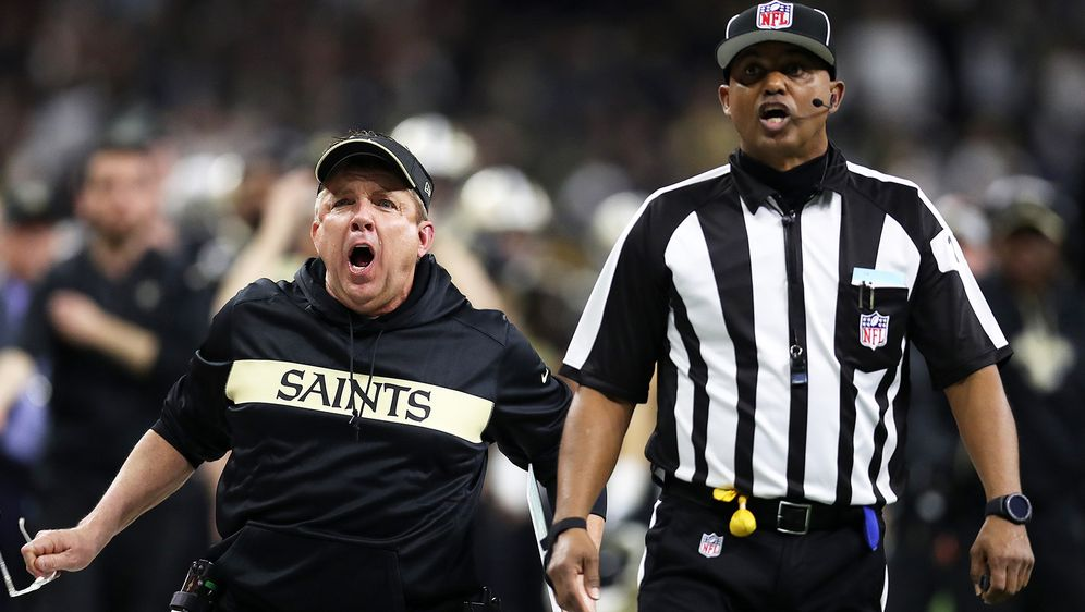 Saints-Coach Sean Payton (l.) beschwert sich über die fatale Fehlentscheidun... - Bildquelle: 2018 Getty Images