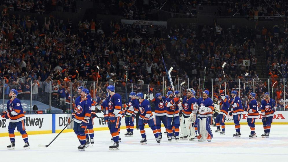 Die New York Islanders feiern den Halbfinaleinzug - Bildquelle: AFPGETTYSIDBRUCE BENNETT