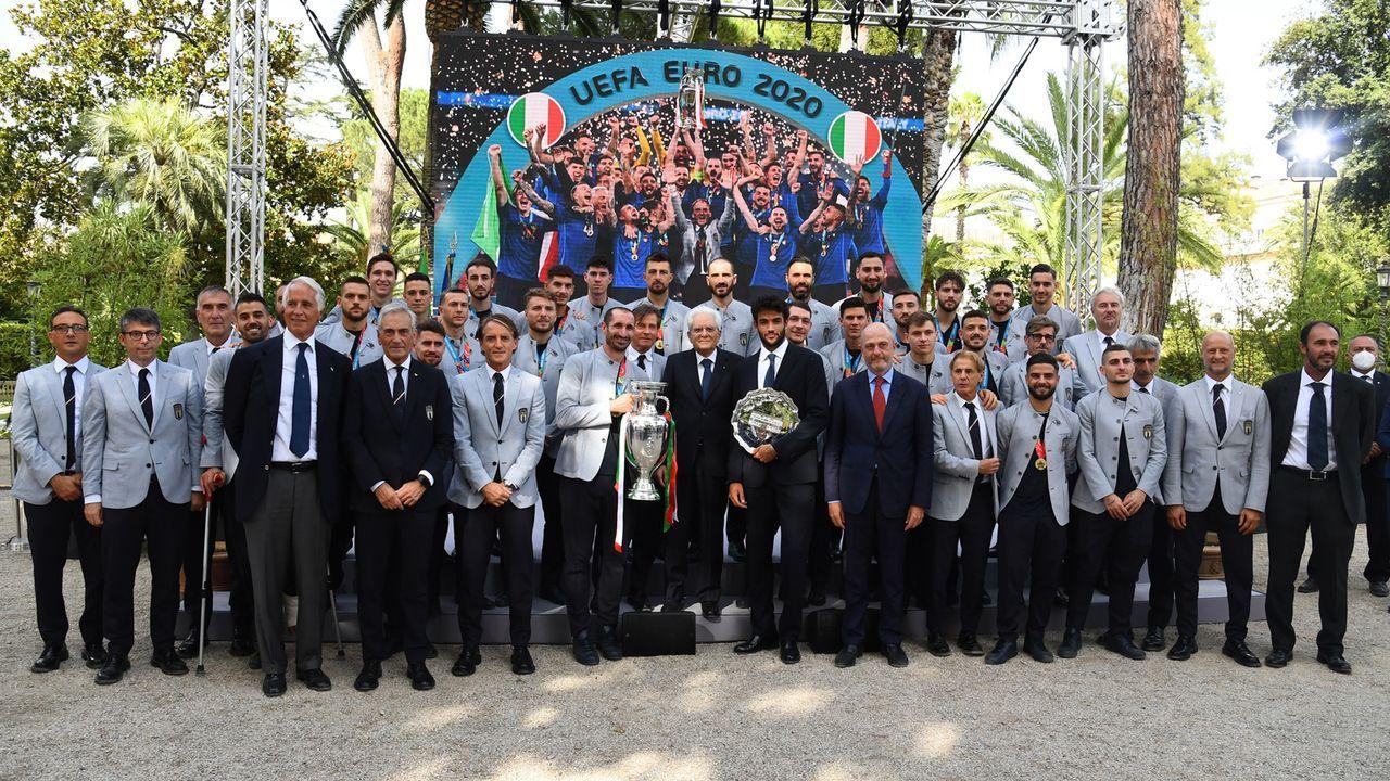 Der Präsident in der Mitte der Europameister - Bildquelle: 2021 Getty Images