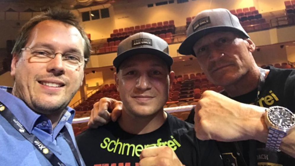 Nick Hannig (Mi.) mit Vater/Trainer Andreas Hannig (re.)