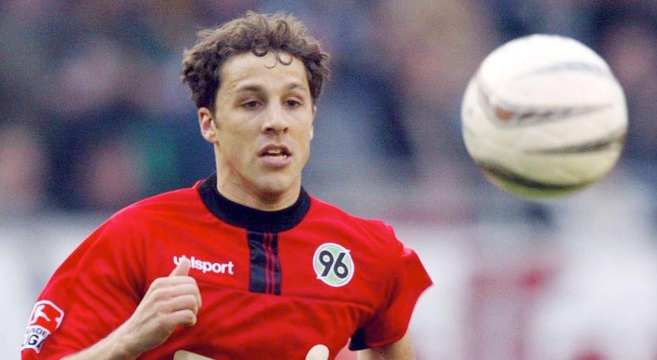 Bank - Abwehr: Steven Cherundulo (Hannover 96) - Bildquelle: Getty