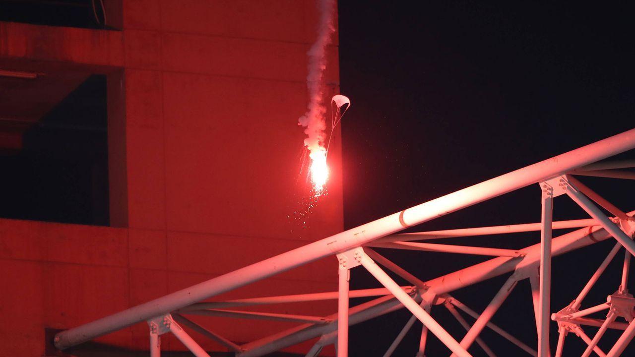 Verrückte Szene beim Genua-Derby – Pyro mit Fallschirm eingeflogen - Bildquelle: Imago Images