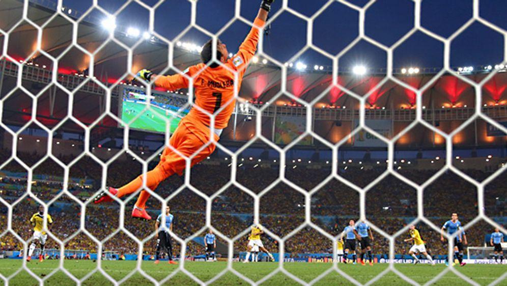Traumtor! James Rodriguez erzielt das 1:0 für Kolumbien gegen Uruguay - Bildquelle: Getty