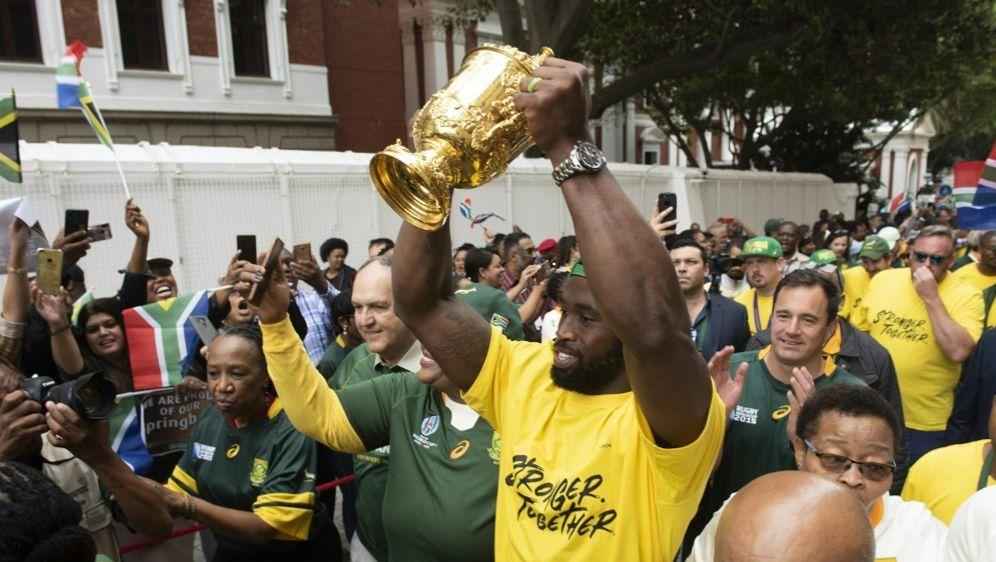 Siya Kolisi präsentiert in Kapstadt den WM-Pokal - Bildquelle: AFPSIDDAVID HARRISON