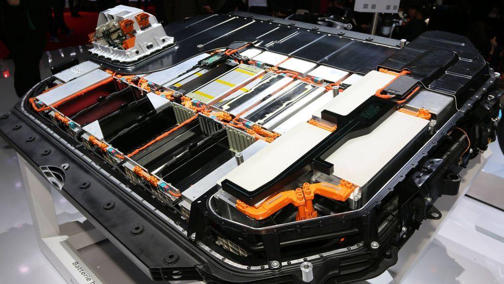 Ein Querschnitt der Batterie des Elektroauto Audi e-tron. Die Lithium-Ionen-... - Bildquelle: imago images / Sebastian Geisler