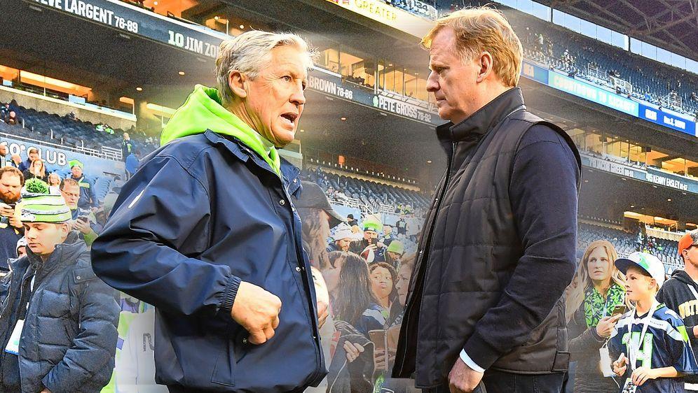 Seahawks Head Coach Pete Carroll (li.) im Gespräch mit Commissioner Roger Go... - Bildquelle: Getty Images