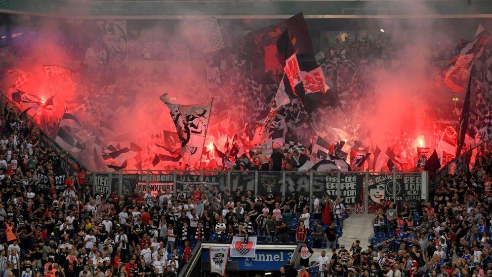 Frankfurter Fans brannten gegen Straßburg Pyrotechnik ab - Bildquelle: PIXATHLONPIXATHLONSID