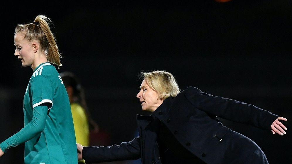 Gelungenes Debüt für die neue deutsche Nationaltrainerin - Bildquelle: AFPSIDFRANCK FIFE