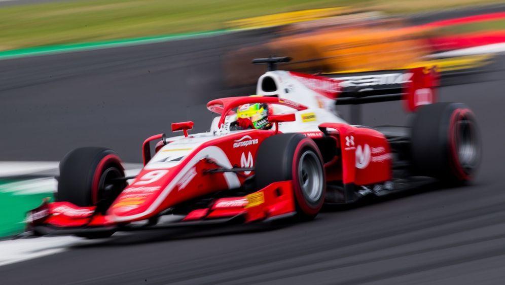 Mick Schumacher fuhr im Hauptrennen der Formel 2 in Silverstone auf Rang elf - Bildquelle: LAT