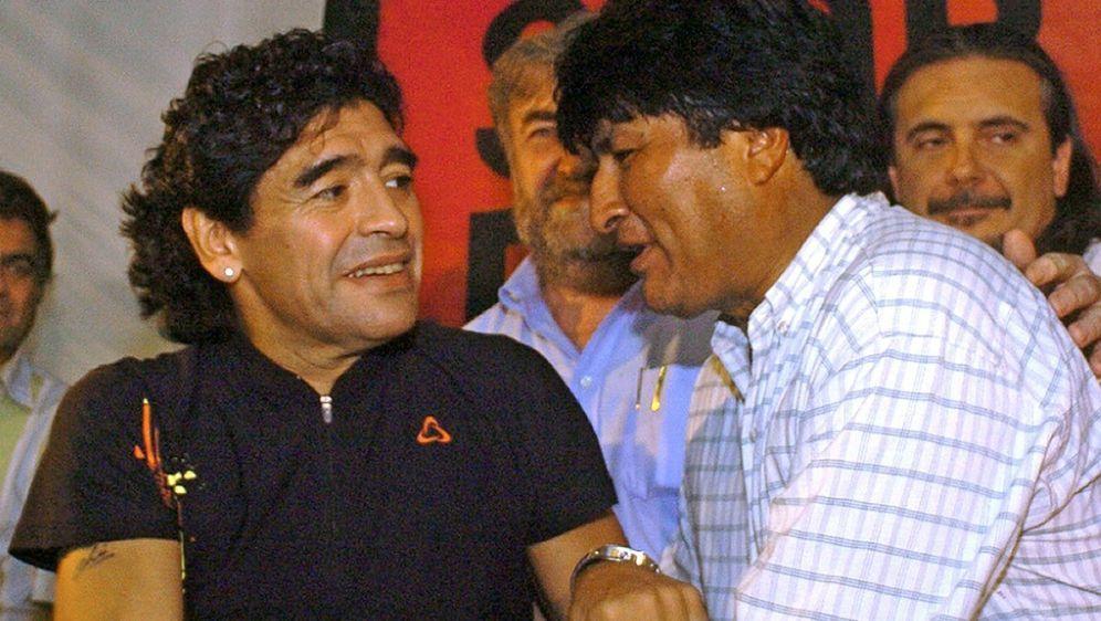 Diego Maradona (l.) outet sich als Fan von Evo Morales - Bildquelle: AFPSIDSEBASTIAO DE SOUZA
