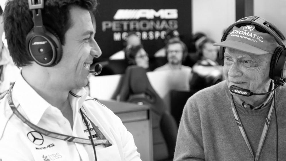 Toto Wolff (l.) nimmt Abschied von Niki Lauda - Bildquelle: PIXATHLONPIXATHLONSID
