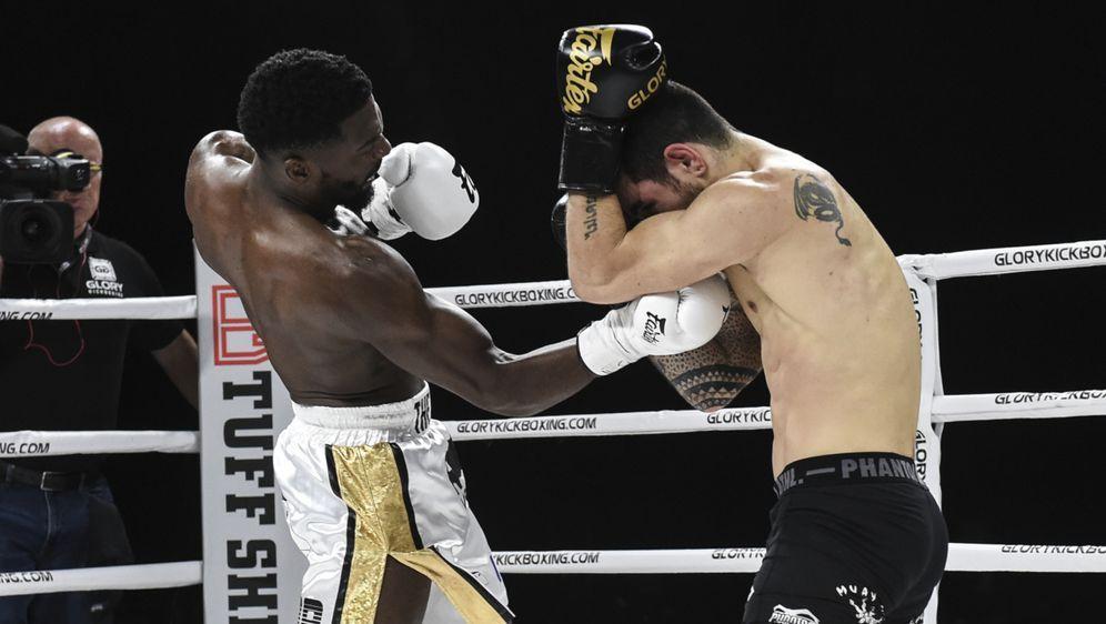 Cedric Doumbe (li.) hat zum zweiten Mal den Glory-Titel gewonnen. - Bildquelle: Glory Sports International