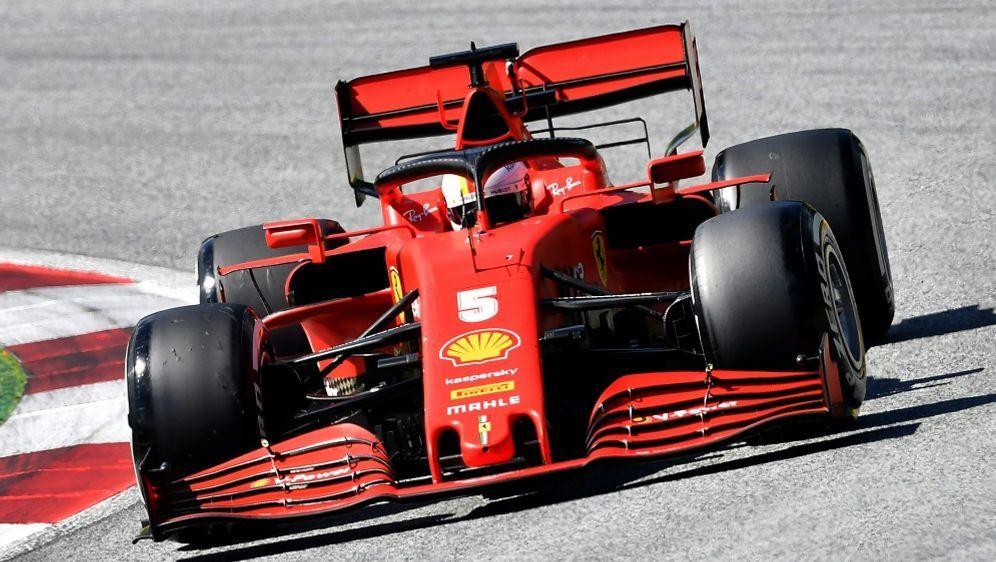 Nach Kollision: Sebastian Vettel fiel auf Rang 15 zurück - Bildquelle: POOLAFPSIDJOE KLAMAR