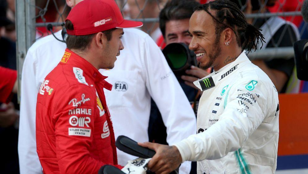 Lewis Hamilton (r.) im Gespräch mit Ferrari-Youngster Charles Leclerc - Bildquelle: 2019 Getty Images