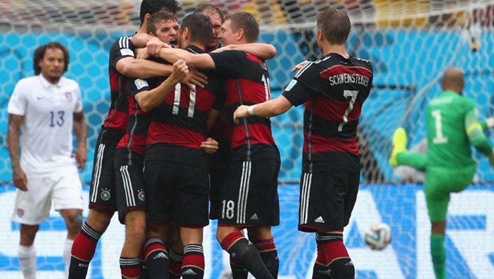 Die deutsche Nationalmannschaft jubelt nach dem Führungstreffer von Thomas M... - Bildquelle: Getty