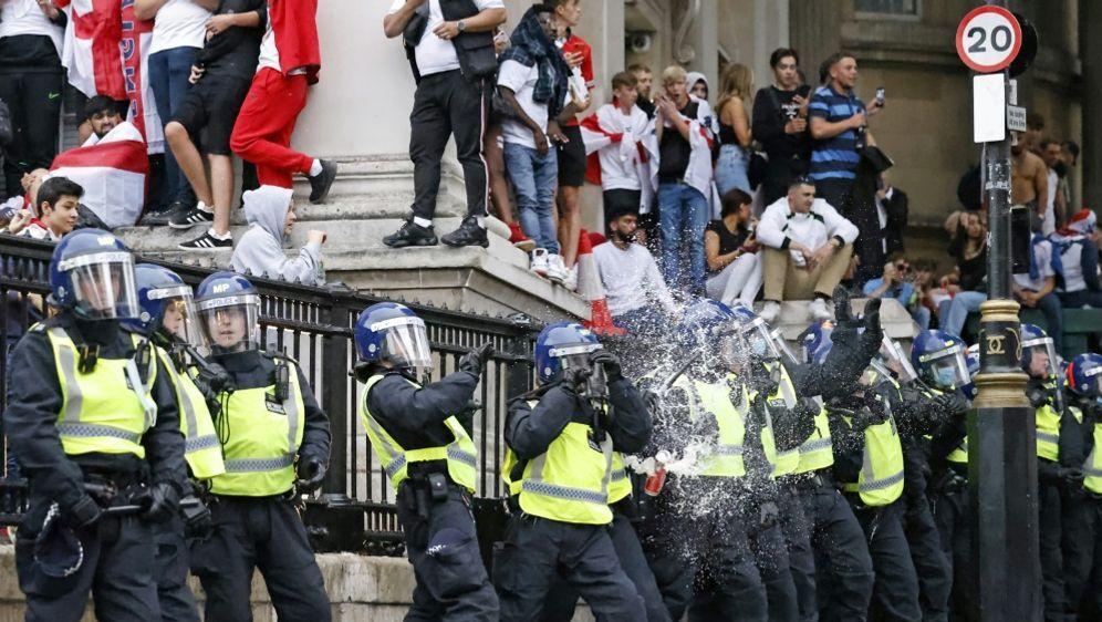 Stadionsturm: Polizei lehnt Verantwortung ab - Bildquelle: AFPSIDTOLGA AKMEN