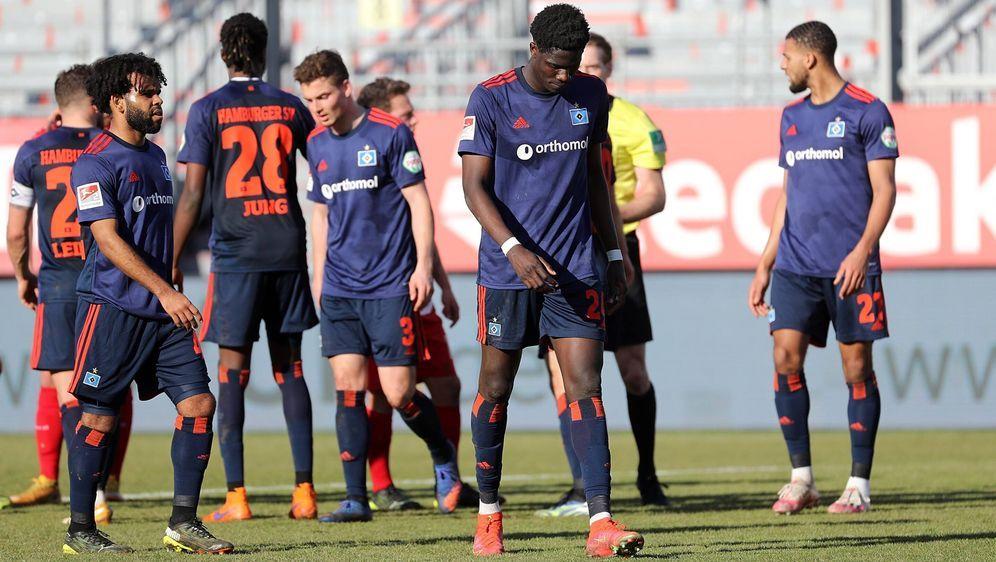 Enttäuschte Gesichter: Das 2:3 des Hamburger SV beim Tabellen-Schlusslicht W... - Bildquelle: imago images/foto2press