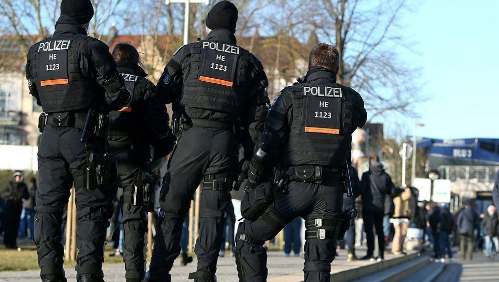 Polizei entfernt rund 120 Problemfans - Bildquelle: PIXATHLONPIXATHLONSID