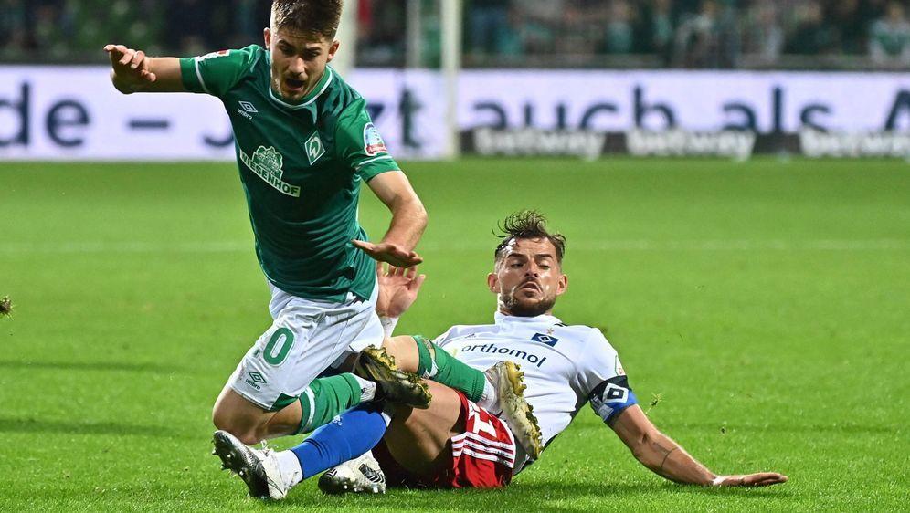 Voller Einsatz: Bremens Romano Schmid (l.) wird von HSV-Profi Tim Leibold be... - Bildquelle: imago