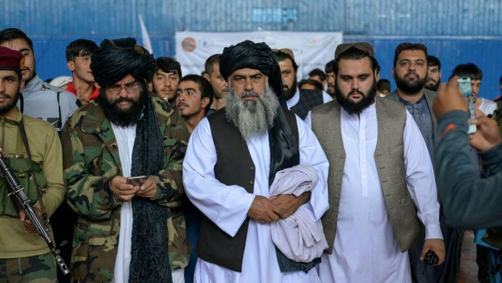 Rustamzai (Mitte) zögert zur Frage über Frauensport - Bildquelle: AFPSIDBULENT KILIC