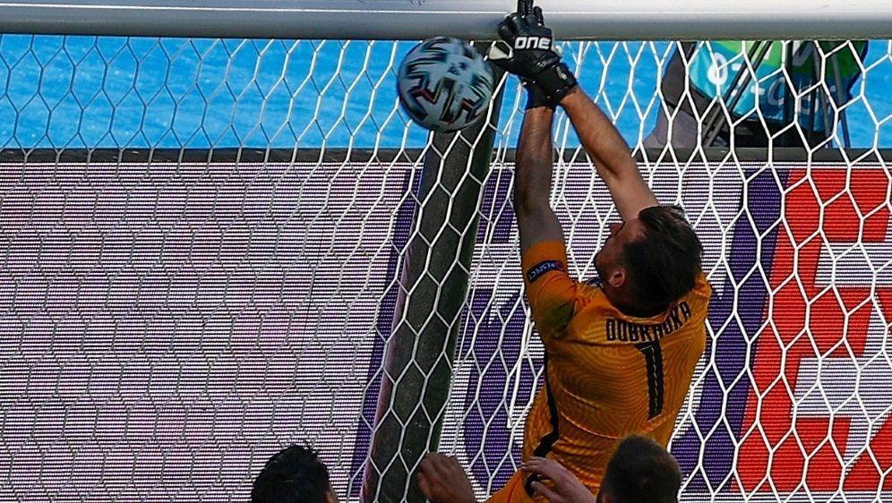 Dubravka haut den Ball ins eigene Tor - Bildquelle: AFPPOOLSIDJulio MUNOZ