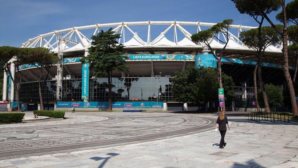 Vor dem Stadio Olimpico in Rom wurde eine Bombe entschärft. - Bildquelle: imago images/Pacific Press Agency