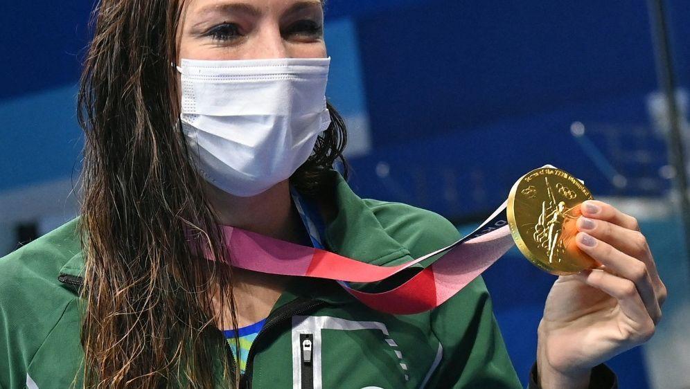 Tatjana Schoenmaker präsentiert ihre Goldmedaille - Bildquelle: AFPSIDATTILA KISBENEDEK