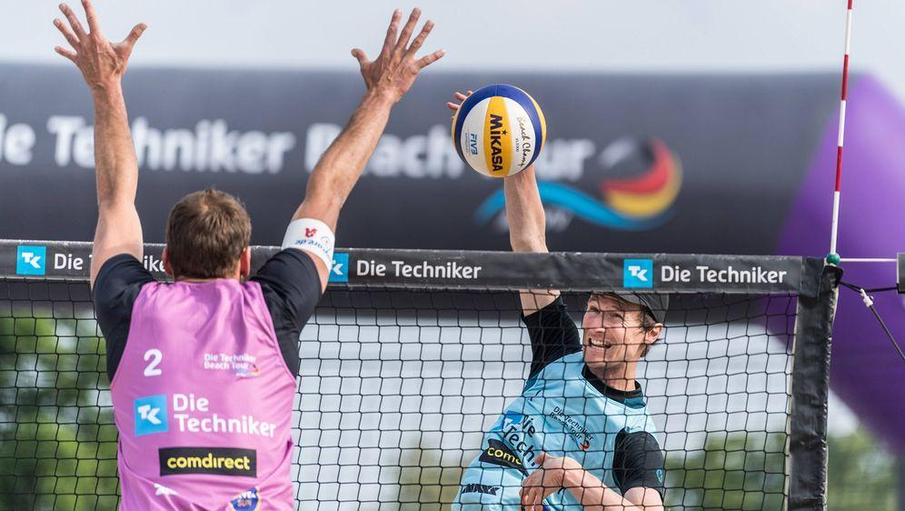 Jonas Schröder wird bei der Techniker Beachtour in Düsseldorf mit Jonathan E... - Bildquelle: imago images / Beautiful Sports