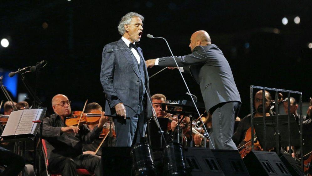 Andrea Bocelli singt beim EM-Eröffnungsspiel - Bildquelle: AFPSIDKHALIL MAZRAAWI