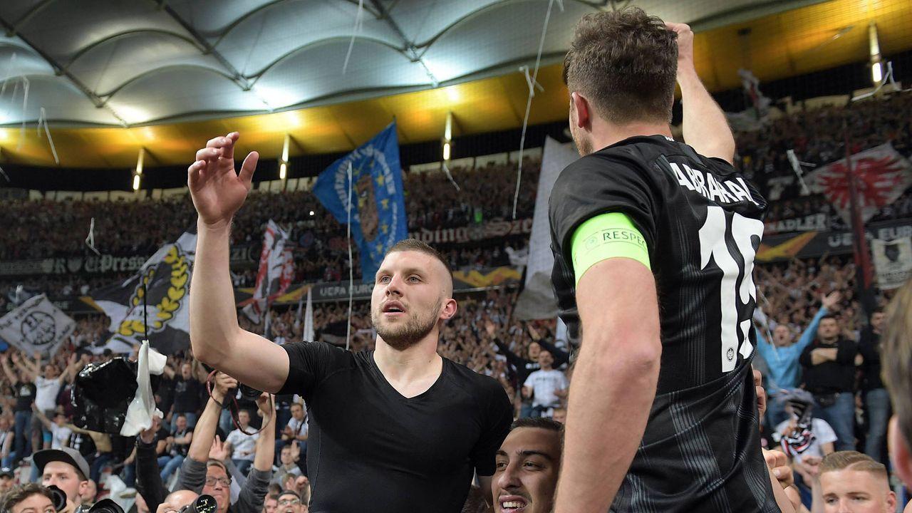 Fans feiern ihre Eintracht-Helden - Bildquelle: imago images / Jan Huebner