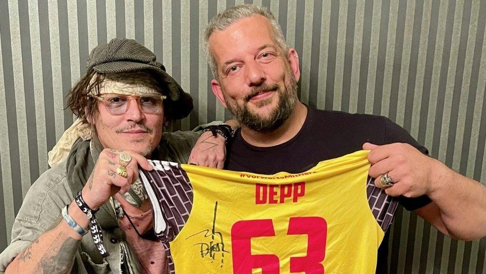 Johnny Depp und Alex Becker (r.) - Bildquelle: Johnny Depp : Alex BeckerJohnny Depp : Alex BeckerJohnny Depp : Alex Becker