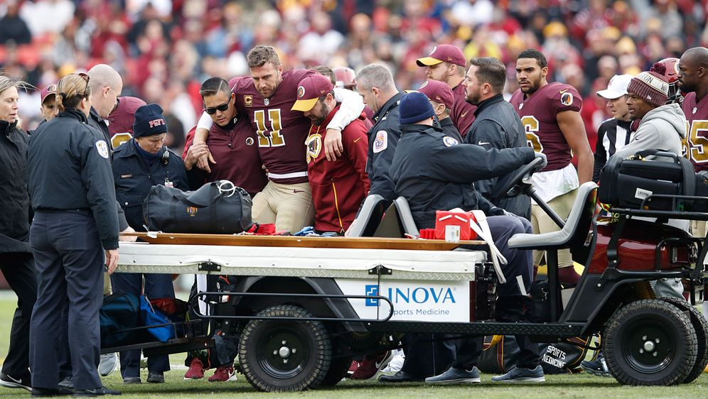 Das waren schlimme Bilder: Redskins-Quarterback Alex Smith (Mitte) brach sic... - Bildquelle: 2018 Getty Images
