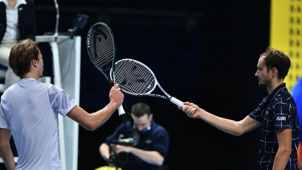 Zverev (l.) unterliegt Medwedew (r.) bei den ATP Finals - Bildquelle: AFPSIDGLYN KIRK