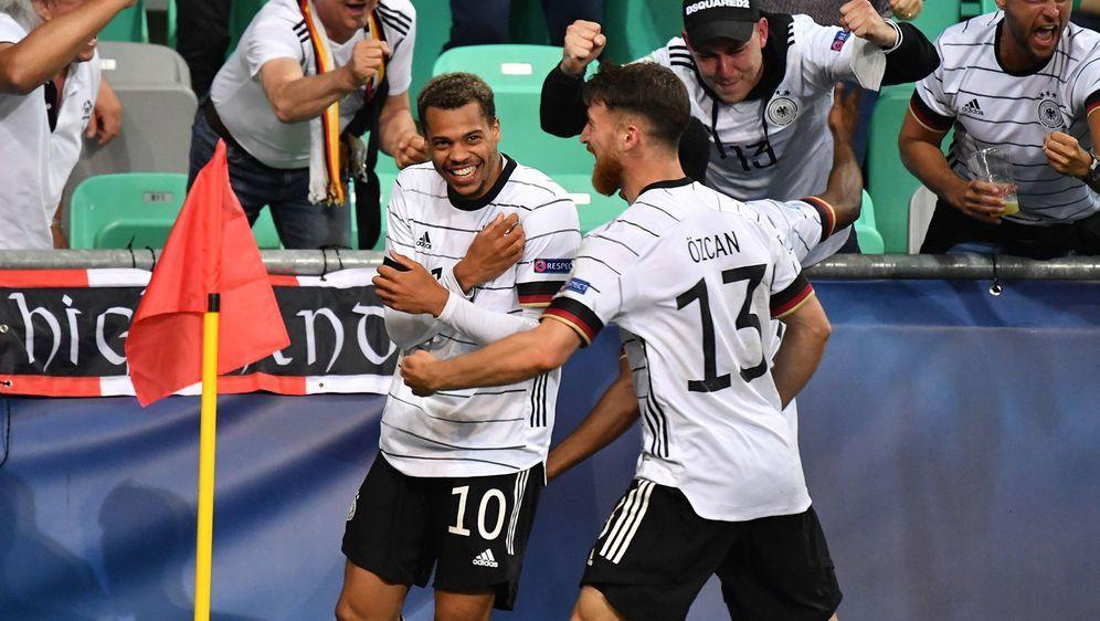 Jubel nach dem Siegtor: Lukas Nmecha (l.) hat die deutsche U21-Auswahl zum E... - Bildquelle: imago