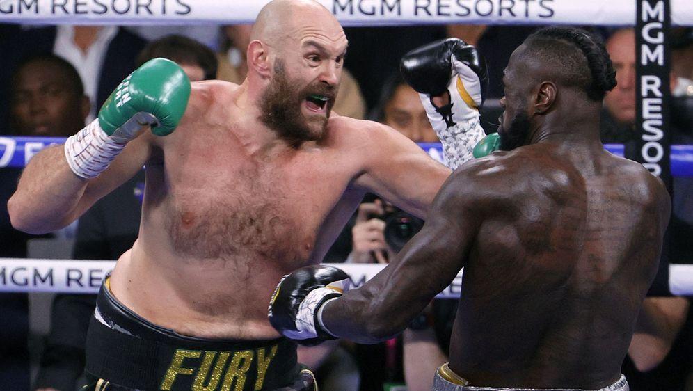 Kampfszene im Ring: Tyson Fury (l.) lässt es gegen Deontay Wilder krachen un... - Bildquelle: Getty Images