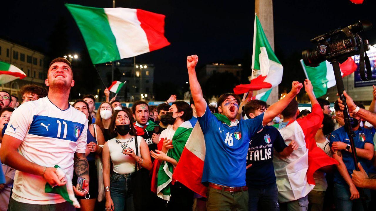 Public Viewing in Rom - Bildquelle: imago images/LaPresse