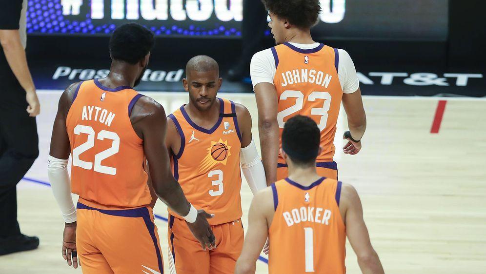Die Phoenix Suns mit Chris Paul (2. v.l.) und Devin Booker (3.v.l.) stehen i... - Bildquelle: imago images/Icon SMI