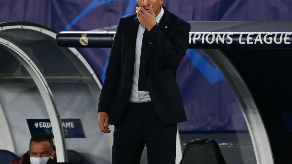 Zinedine Zidane hadert mit seinem Coaching gegen Donezk - Bildquelle: AFPSIDGABRIEL BOUYS