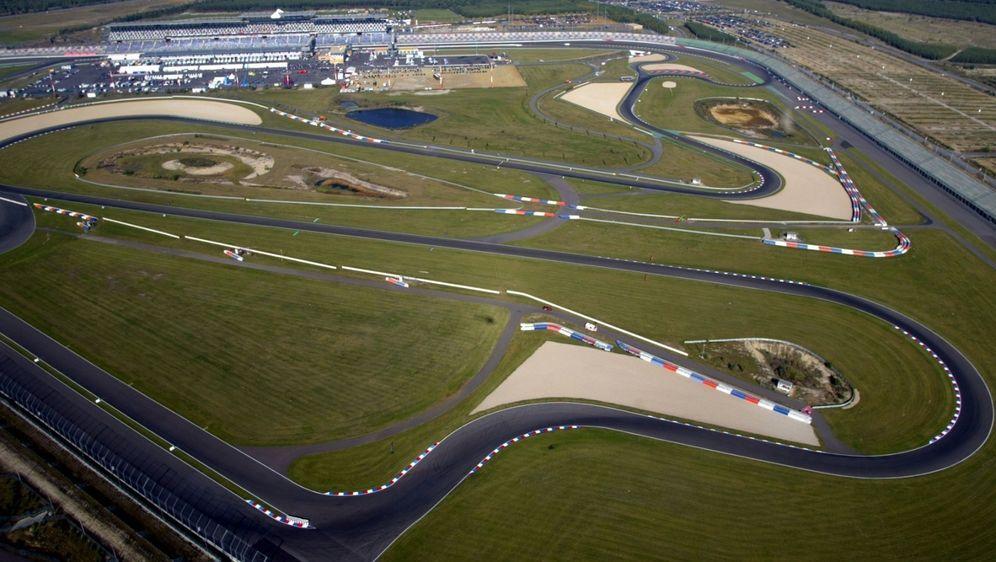 Die DTM setzt dieses Jahr nicht nur auf dem Nürburgring, sondern auch auf de... - Bildquelle: Sutton