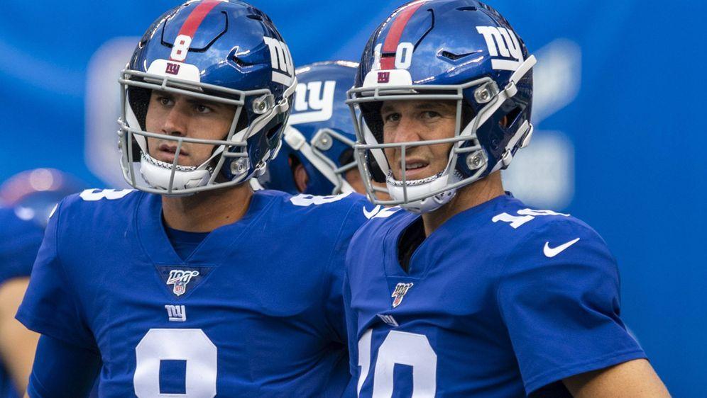 Daniel Jones (li.) erhöht den Druck auf Eli Manning. - Bildquelle: imago images / UPI Photo