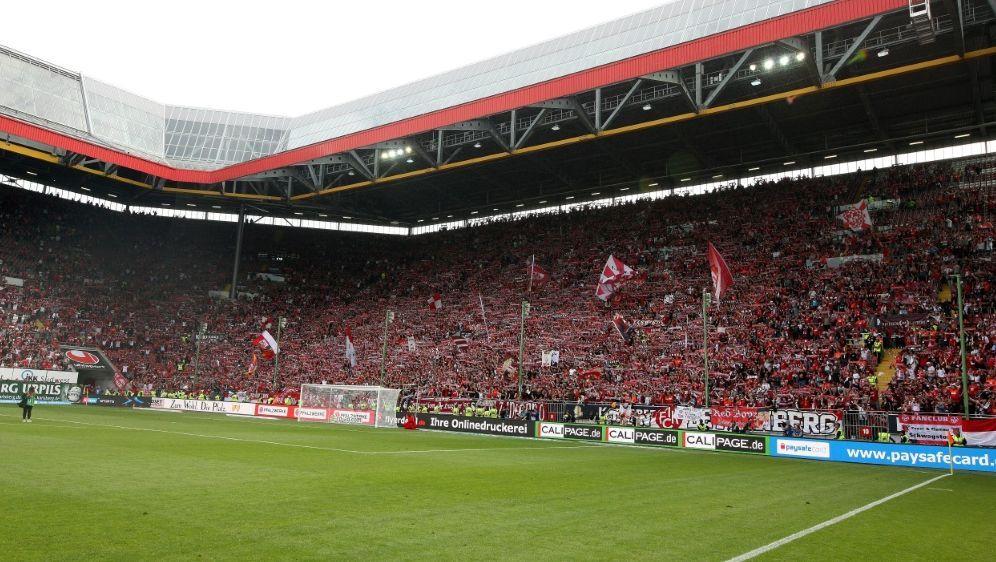 Der 1. FC Kaiserslautern steht vor der Rettung - Bildquelle: FIROFIROSID