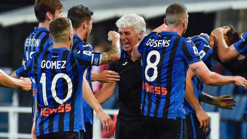 Trainer Gian Piero Gasperini (Mi.) mischt mit Atalanta Bergamo Italiens Fußb... - Bildquelle: imago images/LaPresse