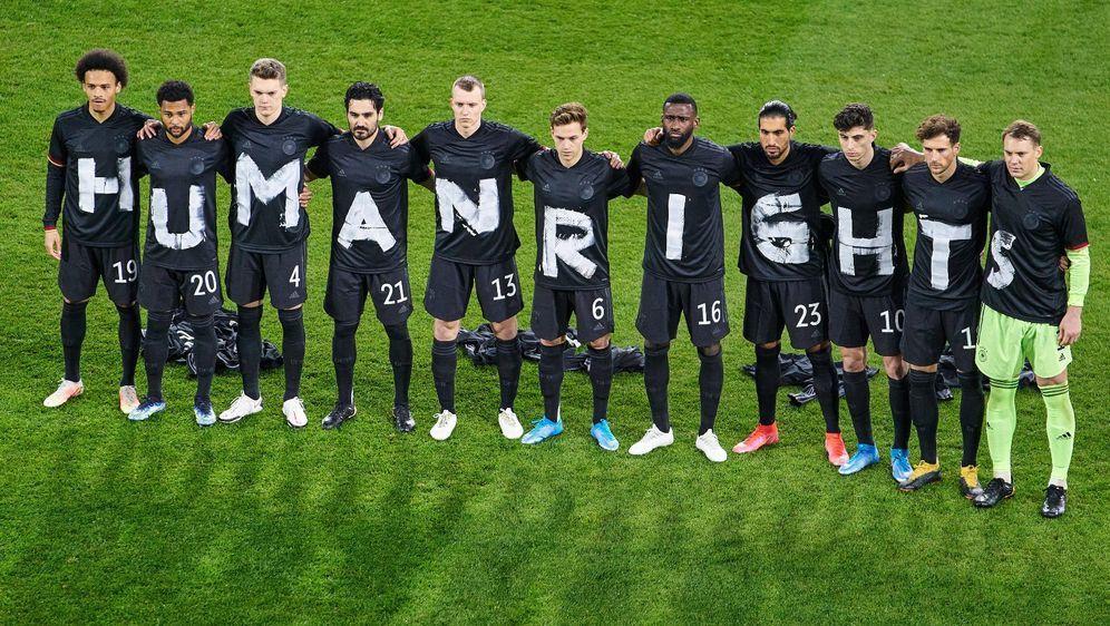 Noch vor wenigen Wochen setzte sich die Nationalmannschaft für Menschenrecht... - Bildquelle: Imago
