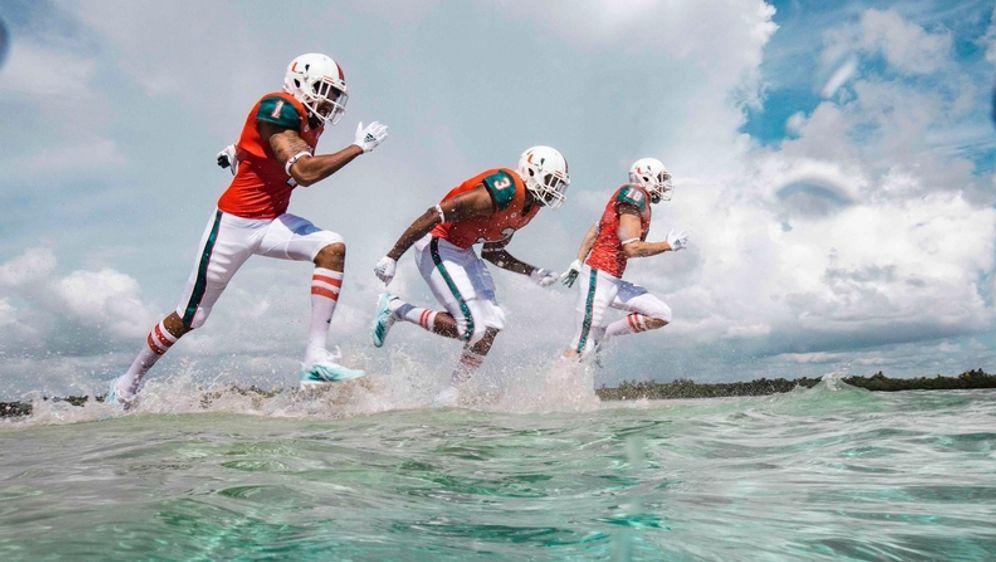 Die Miami Hurricanes laufen mit Trikots aus Ozean-Müll auf - Bildquelle: Twitter/ @CanesFootball