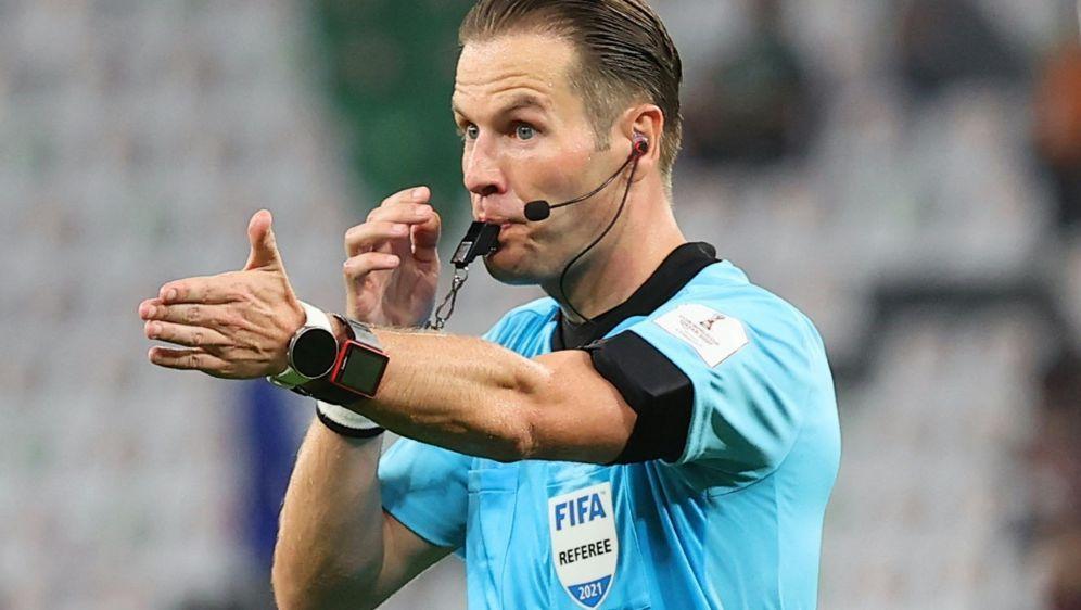 Danny Makkelie pfeift am Freitag das Eröffnungsspiel - Bildquelle: AFPSIDKARIM JAAFAR