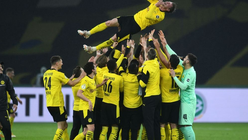 Piszczek wird von seinen Teamkollegen gefeiert - Bildquelle: AFPPOOLSIDANNEGRET HILSE