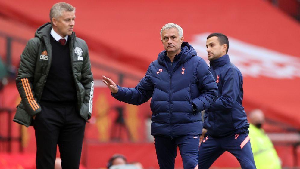 Tottenham-Trainer Jose Mourinho (r.) bedachte Ole Gunnar Solskjaer von Manch... - Bildquelle: 2020 Getty Images